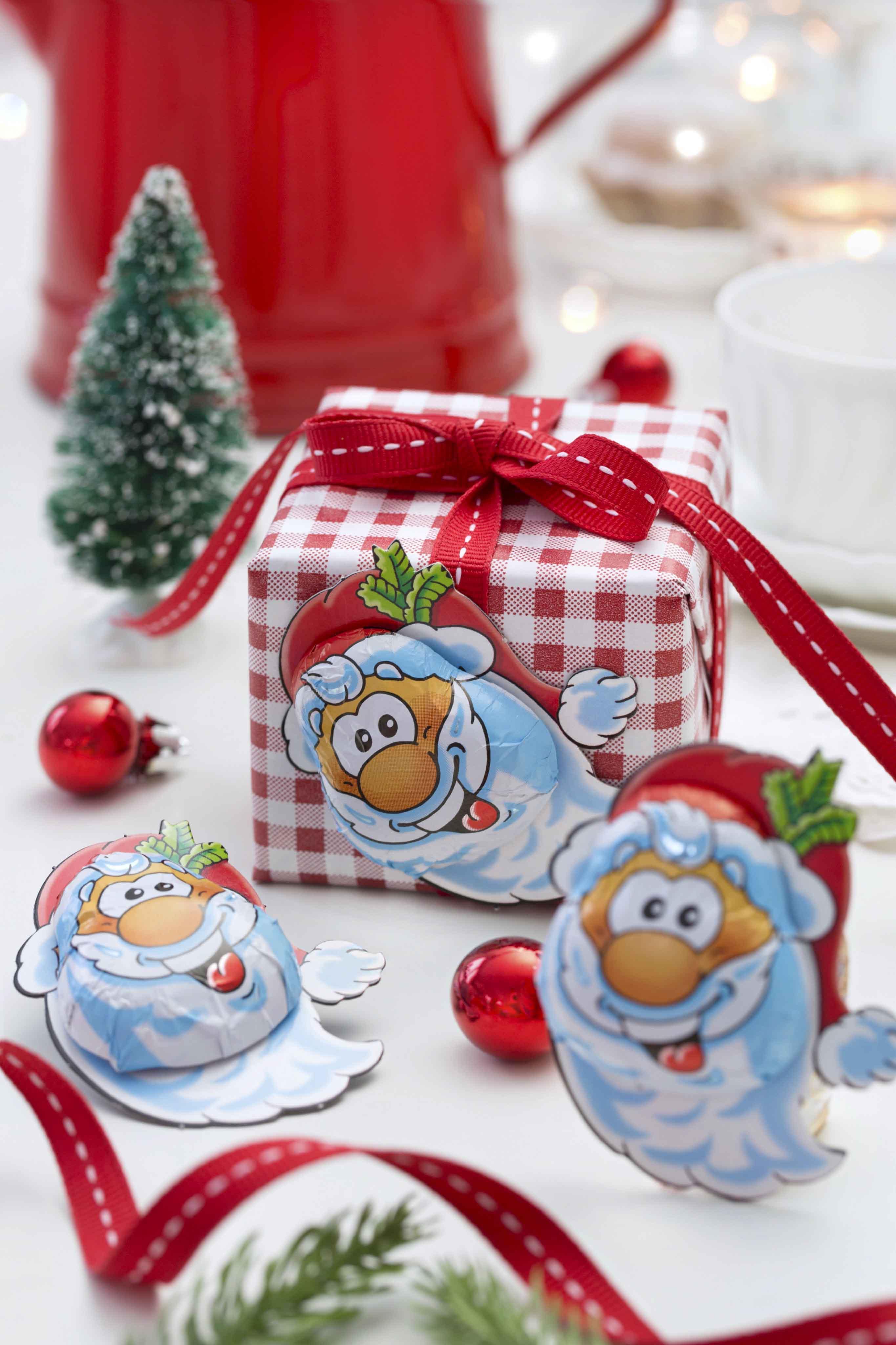 kleines geschenk mit weihnachtsmann beklebt storz schokolade. Black Bedroom Furniture Sets. Home Design Ideas
